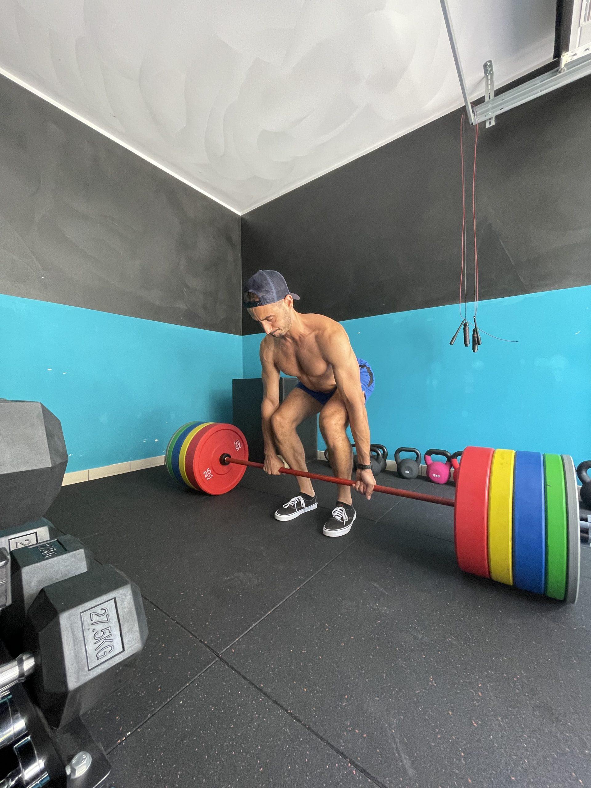 fitness man allenamento deadlift